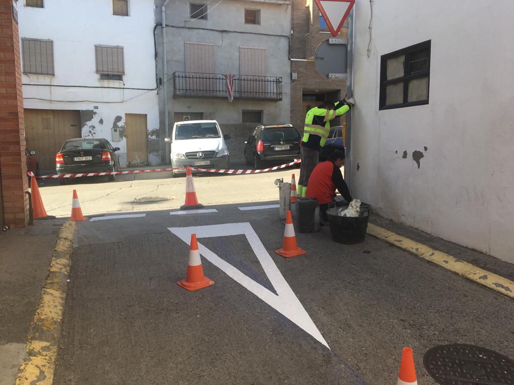 Els operaris enllesteixen les millores en la seguretat vial al carrer del Mig d'Alcarràs