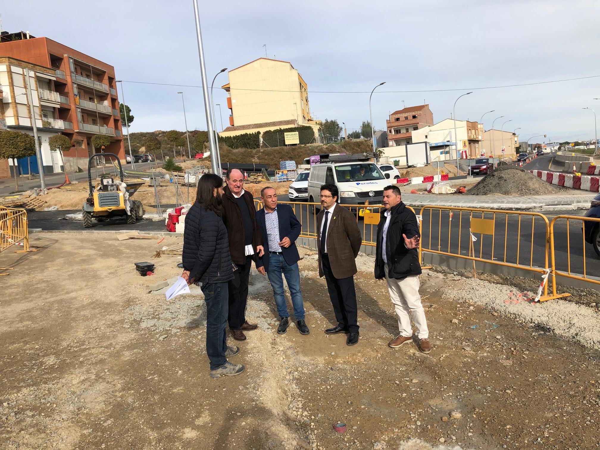 La visita d'Isidre Gavín a la nova rotonda d'entrada a Alcarràs