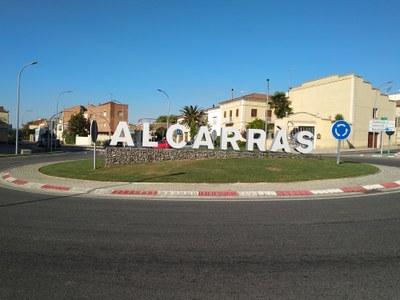 Alcarràs completa la urbanització de la nova rotonda d'accés al municipi amb el nom del poble en lletres de gran format