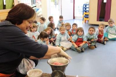 Els infants de l'Escola Bressol Municipal d'Alcarràs aprenen a fer el 'Mandongo'