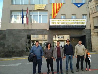 L'Ajuntament d'Alcarràs canvia els símbols de la façana del consistori