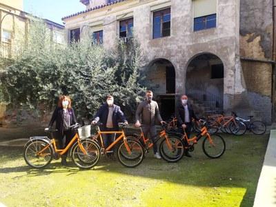 L'Ajuntament d'Alcarràs rep de l'entitat Enbiciperlleida-Bicicleta Club de Catalunya una desena de bicicletes per cedir-les a persones vulnerables amb necessitats de mobilitat