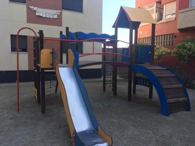 La Brigada Municipal d'Alcarràs arranja les places i parcs infantils del municipi